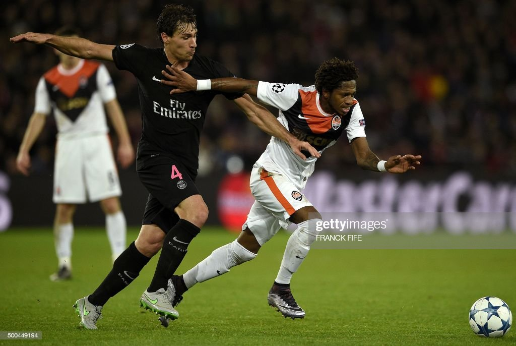 Paris Saint-Germain's French midfielder Benjamin Stambouli (L) vies with Shakhtar Donetsk's Brazilian midfielder Fred during the UEFA Champions League Group A football match between Paris-Saint-Germain and Shakhtar Donetsk on December 8, 2015 at the Parc des Princes stadium in Paris. AFP PHOTO / FRANCK FIFE / AFP PHOTO / Franck FIFE