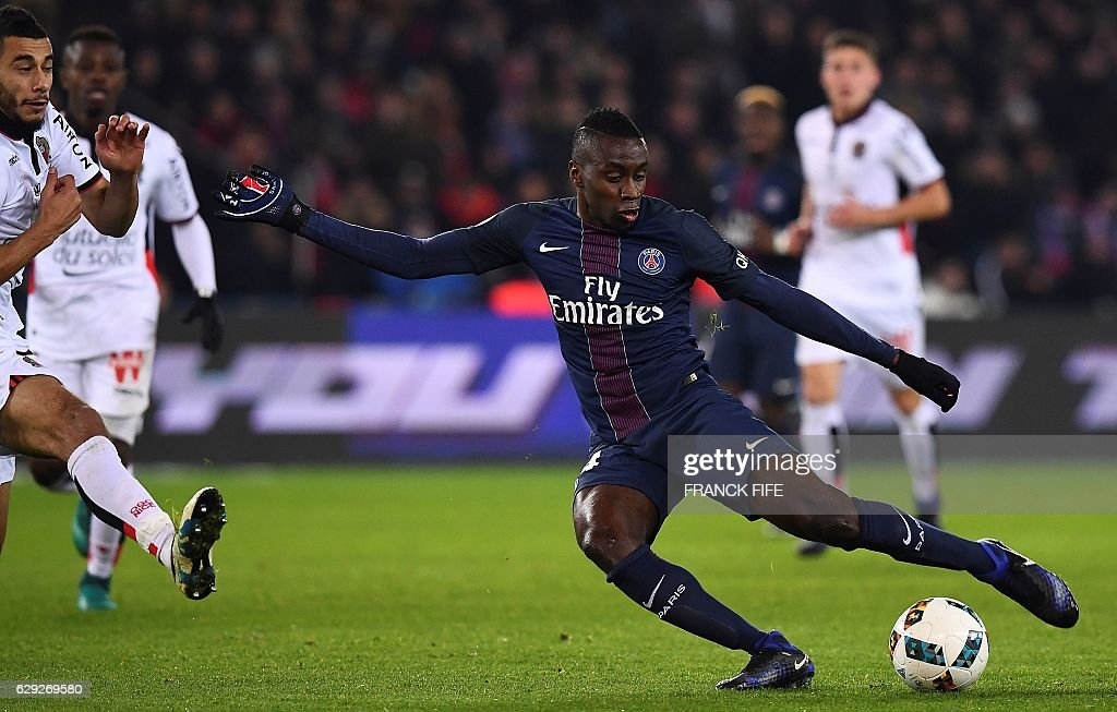 Paris Saint-Germain's French midfielder Blaise Matuidi (R) shoots during the French L1 football match between Paris Saint-Germain (PSG) and Nice (OGCN) at the Parc des Princes stadium in Paris on December 11, 2016. / AFP / FRANCK