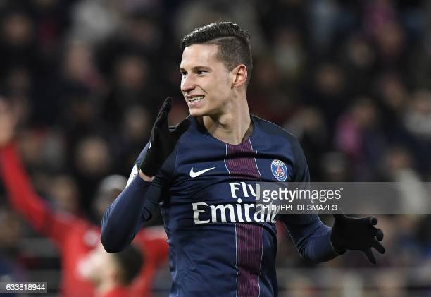 Paris SaintGermain's German forward Julian Draxler reacts after missing a goal during the French L1 football match between Dijon FCO and Paris...