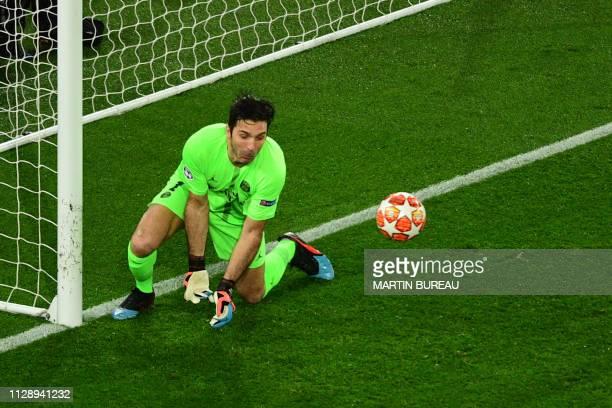 TOPSHOT Paris SaintGermain's Italian goalkeeper Gianluigi Buffon fails to catch the ball during the UEFA Champions League round of 16 secondleg...