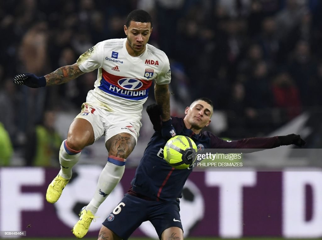 TOPSHOT - Paris Saint-Germain's Italian midfielder Marco Verratti (R) vies with Lyon's Dutch forward Memphis Depay during the French L1 football match between Olympique Lyonnais and Paris-Saint Germain (PSG) at Groupama stadium in Decines-Charpieu on January 21, 2018. /