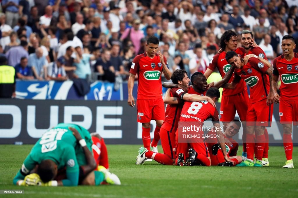 TOPSHOT - Paris Saint-Germain's players celebrate after winning the French Cup final football match between Paris Saint-Germain (PSG) and Angers (SCO) on May 27, 2017, at the Stade de France in Saint-Denis, north of Paris. / AFP PHOTO / Thomas SAMSON