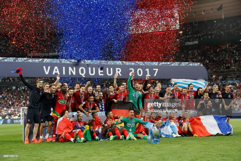 Paris Saint-Germain's players celebrate with the trophy after winning the French Cup final football match between Paris Saint-Germain (PSG) and Angers (SCO) on May 27, 2017, at the Stade de France in Saint-Denis, north of Paris. / AFP PHOTO / Thomas Samson