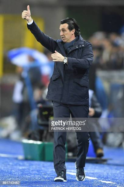 Paris SaintGermain's Spanish head coach Unai Emery thumbs up during the French League Cup round of 16 football match between Strasbourg and...