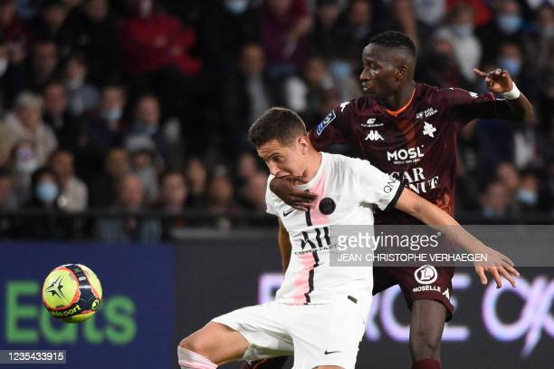 Paris Saint-Germain's Spanish midfielder Ander Herrera fights for the ball with Metz's Senegalese forward Papa Ndiaga Yade during the French L1...