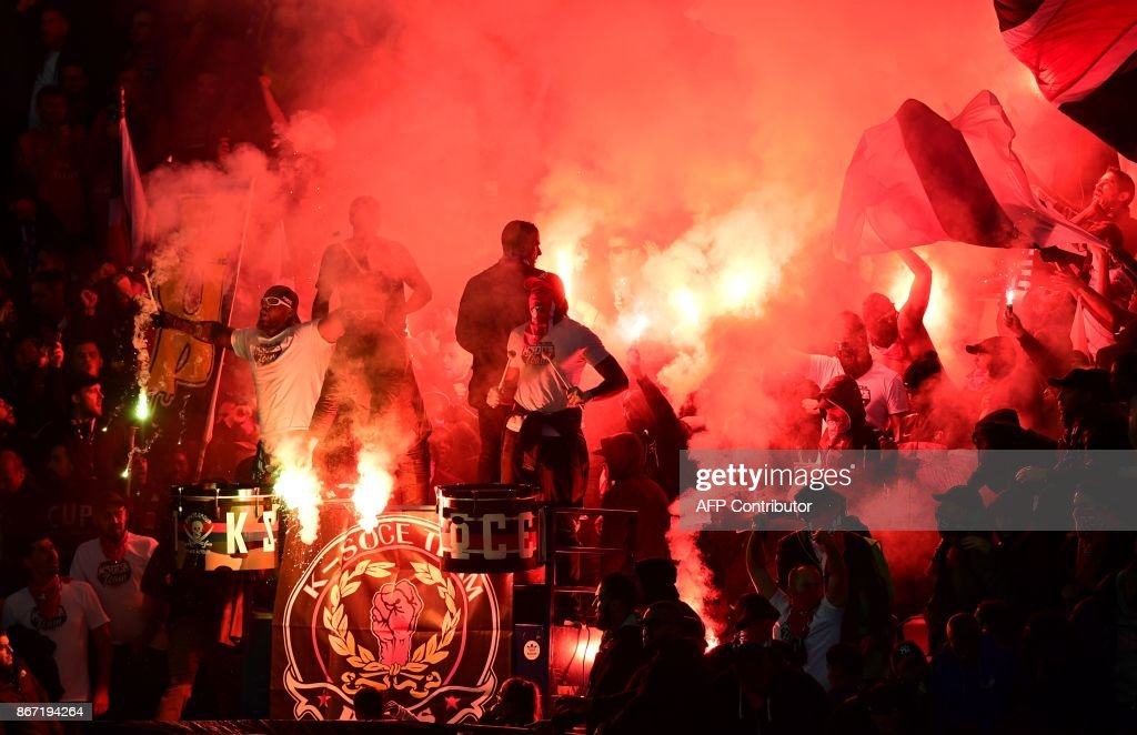 Paris Saint-Germain's supporters cheer with flares during the French L1 football match between Paris Saint-Germain (PSG) and Nice (OGC Nice) on October 27, 2017, at the Parc des Princes stadium in Paris. / AFP PHOTO / Martin BUREAU