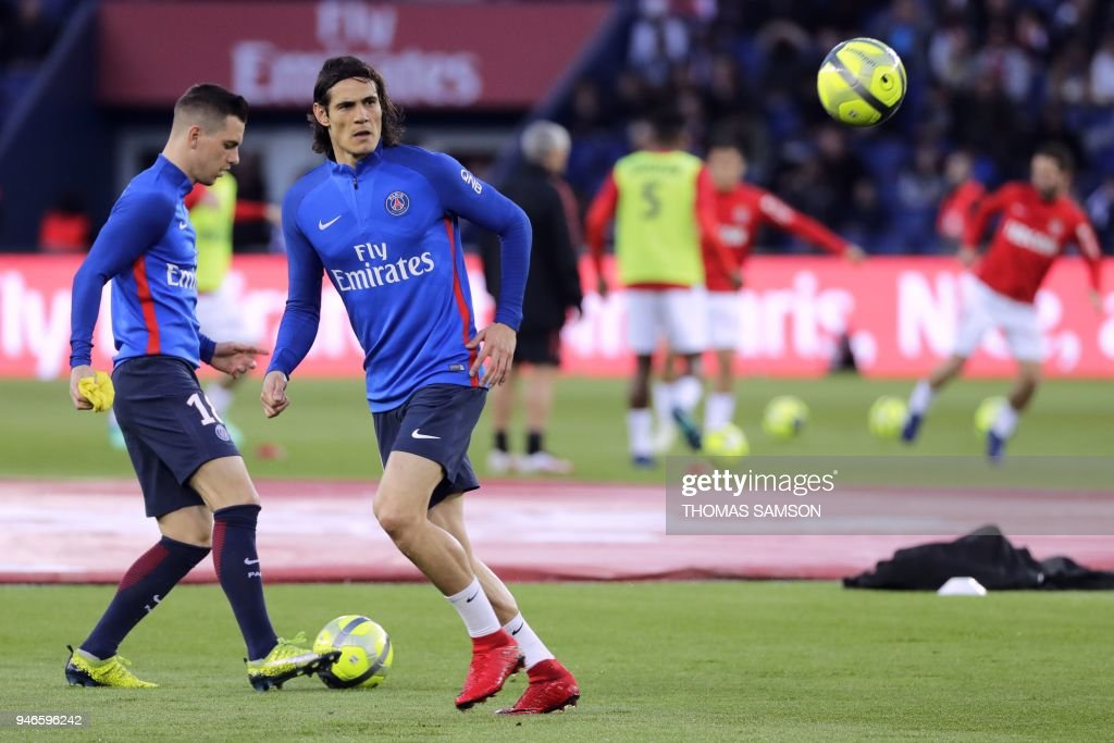 Paris Saint-Germain's Uruguayan forward Edinson Cavani (R) and Paris Saint-Germain's Argentinian midfielder Giovani Lo Celso (L) warm up prior to the French L1 football match between Paris Saint-Germain (PSG) and Monaco (ASM) on April 15, 2018, at the Parc des Princes stadium in Paris. / AFP PHOTO / Thomas Samson