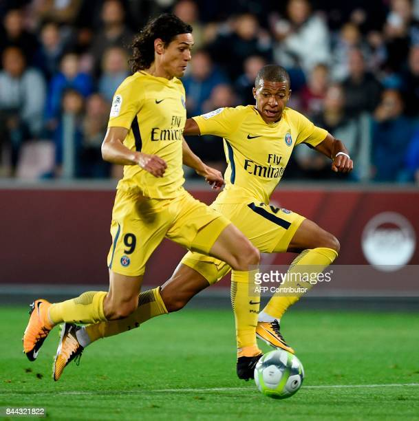Paris SaintGermain's Uruguayan forward Edinson Cavani and Paris SaintGermain's French forward Kylian Mbappe run with the ball during the French L1...