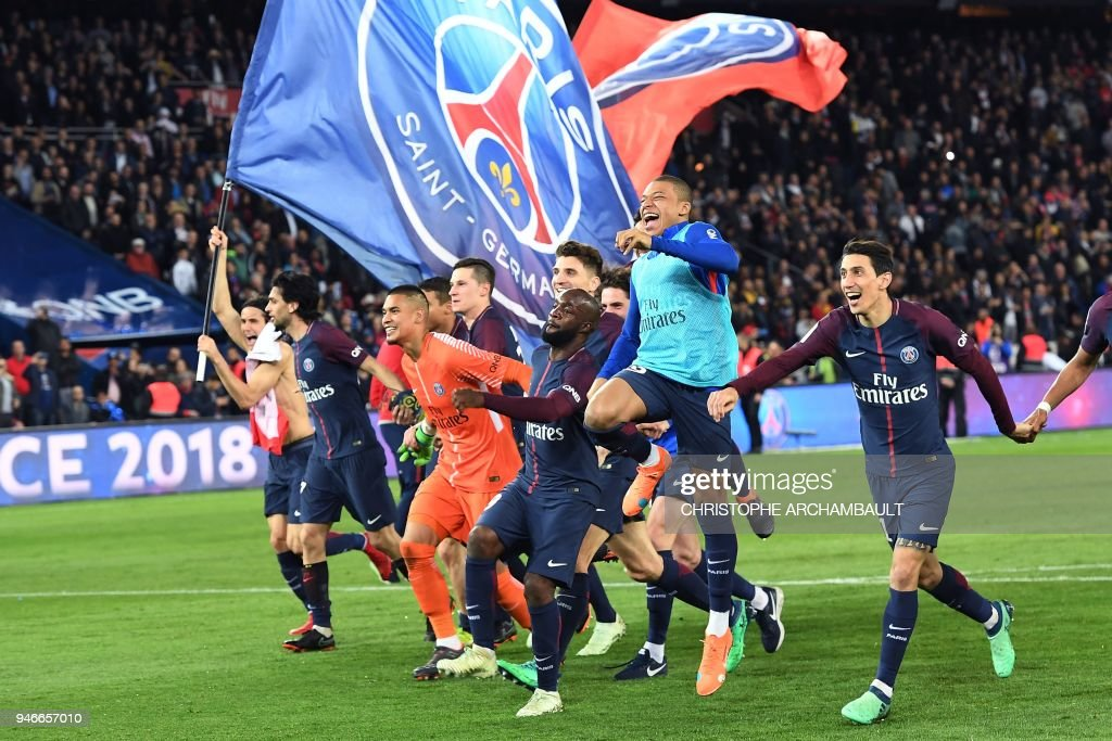 TOPSHOT - Paris Saint-Germain's Uruguayan forward Edinson Cavani celebrates after scoring a goal during the French L1 football match between Paris Saint-Germain (PSG) and Monaco (ASM) on April 15, 2018, at the Parc des Princes stadium in Paris. Paris Saint-Germain won the match and claim their seventh French League title. /