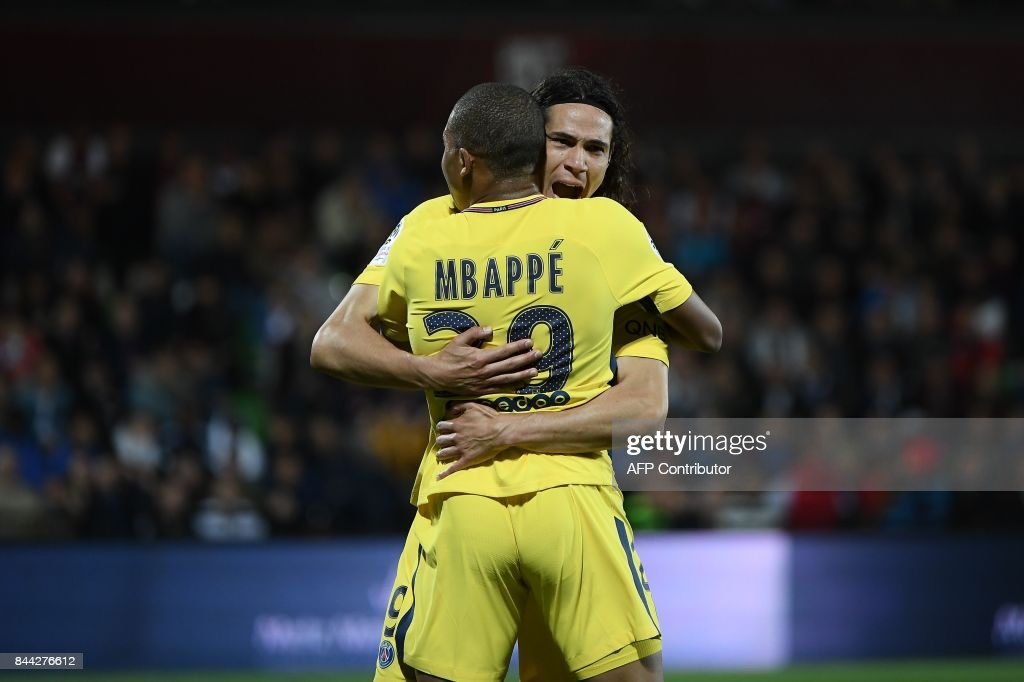 Paris Saint-Germain's Uruguayan forward Edinson Cavani (R) celebrates with Paris Saint-Germain's French forward Kylian Mbappe after Cavani scored the opening goal during the French L1 football match between Metz (FCM) and Paris Saint-Germain (PSG) on September 8, 2017 at the Saint-Symphorien stadium in Longeville-les-Metz, northeastern France. / AFP PHOTO / Patrick HERTZOG