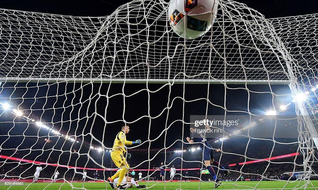 TOPSHOT - Paris Saint-Germain's Uruguayan forward Edinson Cavani (R) scores a goal during the French L1 football match between Paris Saint-Germain and Nice at the Parc des Princes stadium in Paris on Deecmber 11, 2016. A / AFP / FRANCK