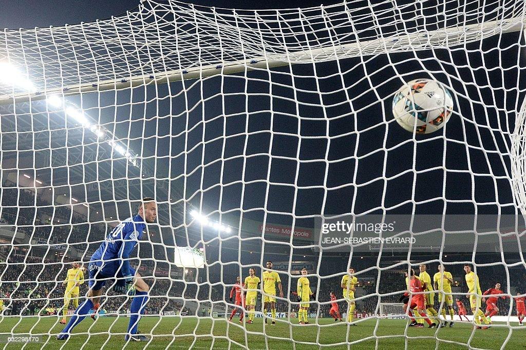 Paris Saint-Germain's Uruguayan forward Edinson Cavani scores a goal during the French L1 football match between Nantes and Paris Saint-Germain on January 21, 2017 at the Beaujoire stadium of Nantes, western France. / AFP / JEAN