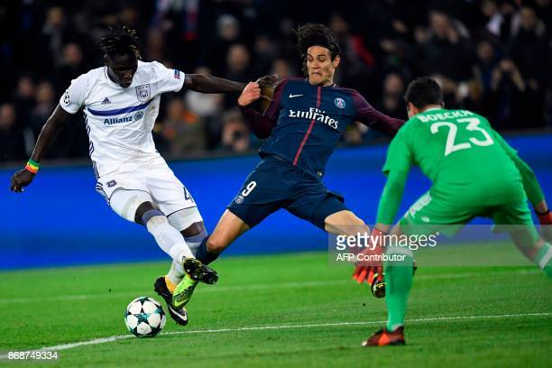 Paris SaintGermain's Uruguayan forward Edinson Cavani vies for the ball with Anderlecht's Senegalese defender Serigne Mbodji and Anderlecht's Belgian...