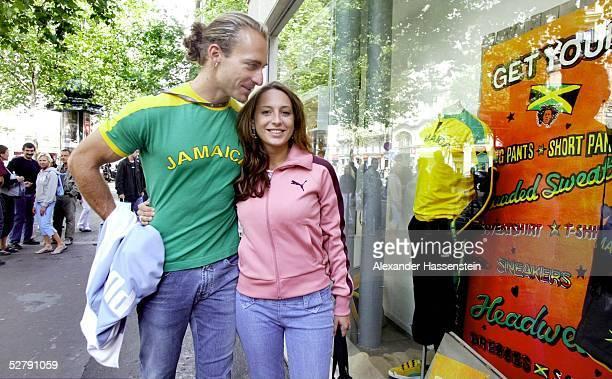 WM 2003 Paris Shoping in Paris Tim LOBINGER Stabhochsprung mit Freundin Alina BAUMANN