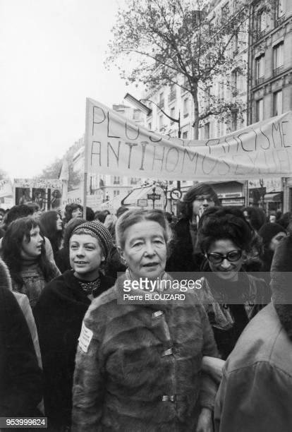 Simone DE BEAUVOIR in an MLF demonstration between Republique and Nation 19711100 Paris Simone DE BEAUVOIR dans une manifestation du MLF entre la...