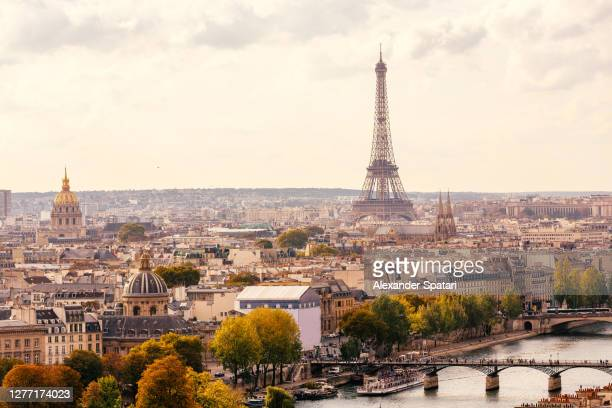 paris skyline with eiffel tower and pont des arts bridge at sunset, france - paris fotografías e imágenes de stock