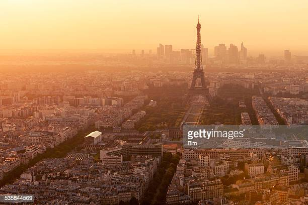 Toits de Paris avec la Tour Eiffel à la lumière du coucher du soleil.