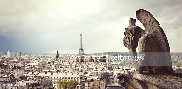 Vista de los edificios de la ciudad de París con la torre Eiffel desde Notre Dame