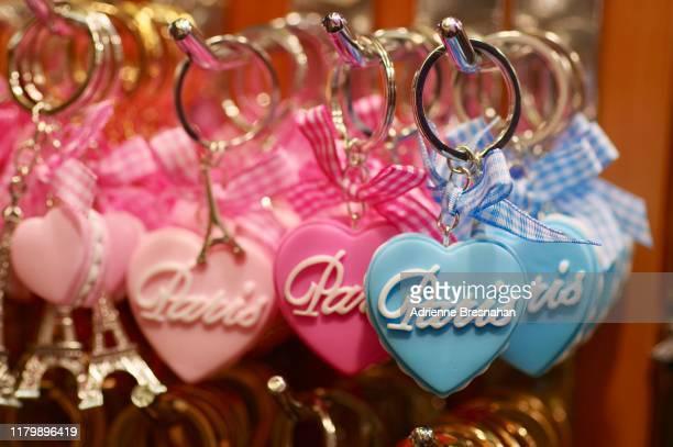 paris souvenir heart-shaped keychains - キーホルダー ストックフォトと画像