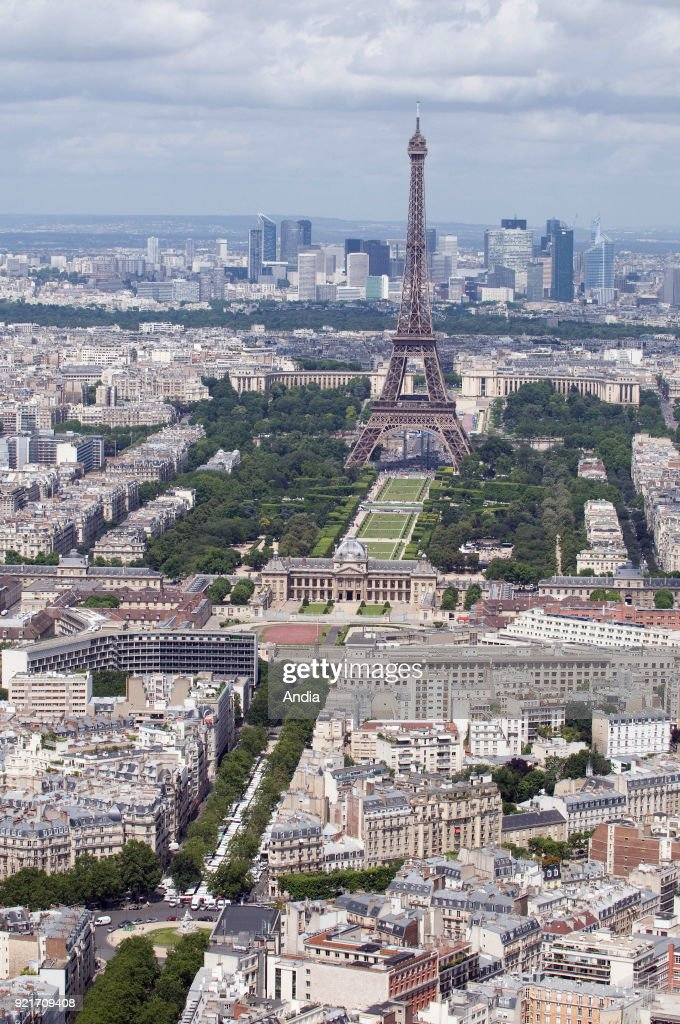 The Eiffel Tower and the Champ de Mars public greenspace. : News Photo