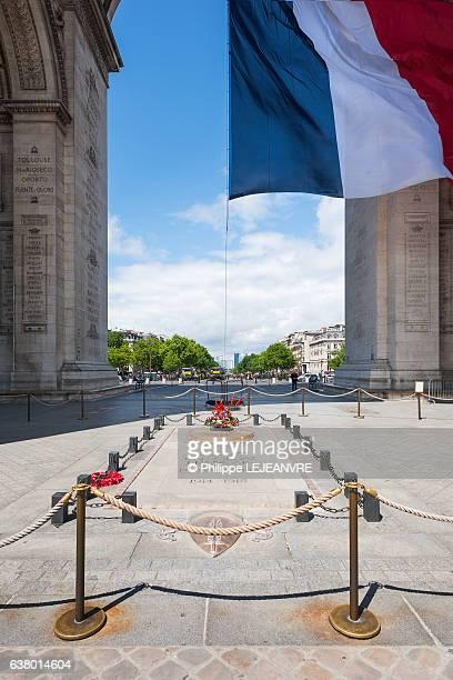 paris - tomb of the unknown soldier under the triumphal arch - grab des unbekannten soldaten westminster abbey stock-fotos und bilder