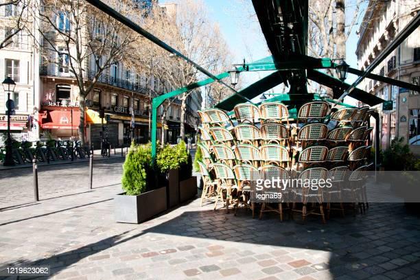 paris : généralement occupé, la terrasse est bien rangée et les rues sont vides pendant la pandémie covid 19 en europe. - close up photos et images de collection