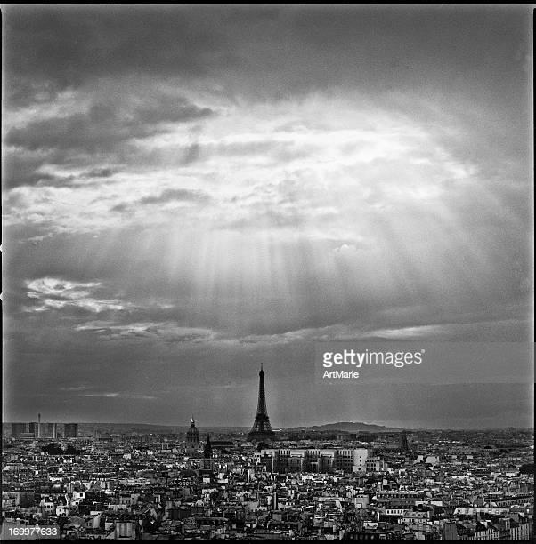 Paris avec les rayons du soleil après la pluie