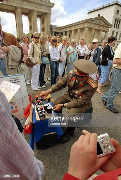 Pariser Platz am Brandenburger Tor Studenten in Militäruniformen posieren für Touristen als Komparsen hier in Russischer Uniform aus der Zeit der...