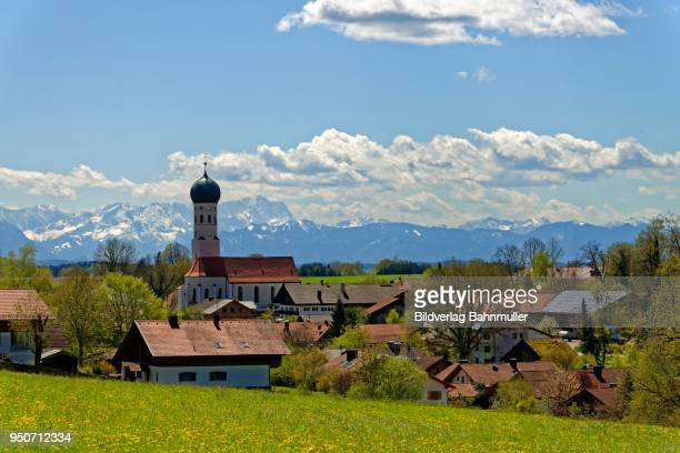 Parish Church of the Assumption, in front of the Wetterstein mountains with Zugspitze, Muensing, Upper Bavaria, Bavaria, Germany