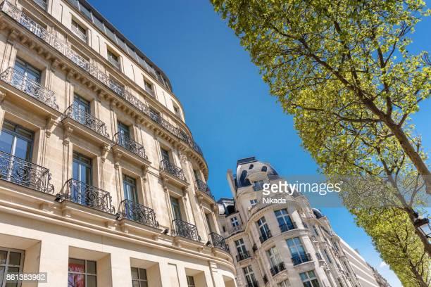Immeuble d'habitation parisien au printemps