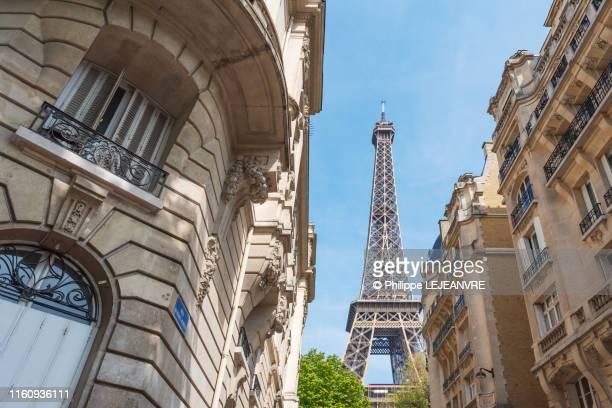 parisian buildings and eiffel tower - ile de france stock pictures, royalty-free photos & images