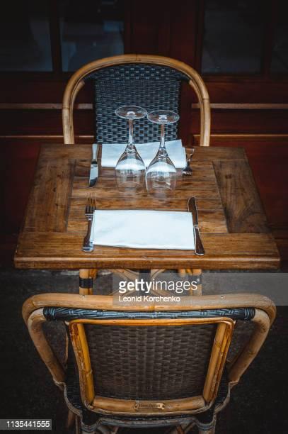 parisian cafe table - ブラッスリー ストックフォトと画像