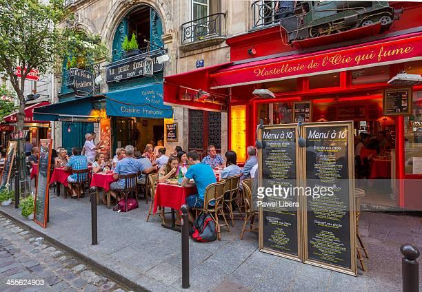 parisian restaurant in st michel, latin quarter - terrasse de café photos et images de collection
