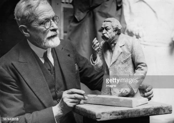 Parisian sculptor E Guillaume with the bust of Aristide Briand 1932 Photograph Der Pariser Bildhauer E Guillaume mit der Büste von Aristide Briand...