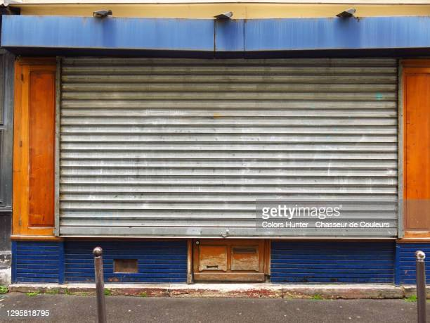 parisian shop closed during the covid-19 pandemic - closing stock pictures, royalty-free photos & images