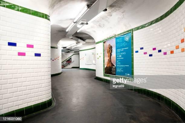 パリの地下鉄は、ヨーロッパのパンデミックcovid 19の間に空です。 - 宣伝イベント ストックフォトと画像