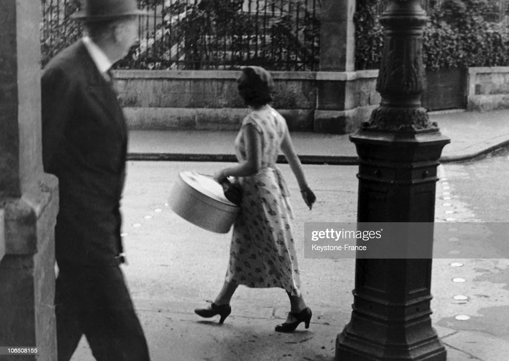 Parisian Woman And Her Box Of Hats, 1930'S : News Photo