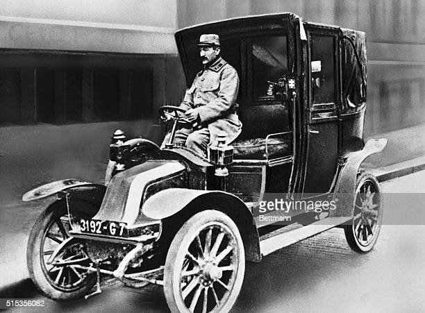 Parisien taxi used by the French to reinforce the Marne sector. Undated photograph.