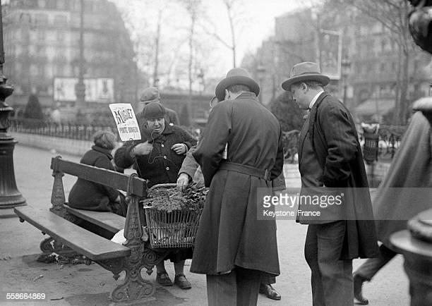 Parisiens achetant du muguet traditionnel à Paris France le 1 mai 1931