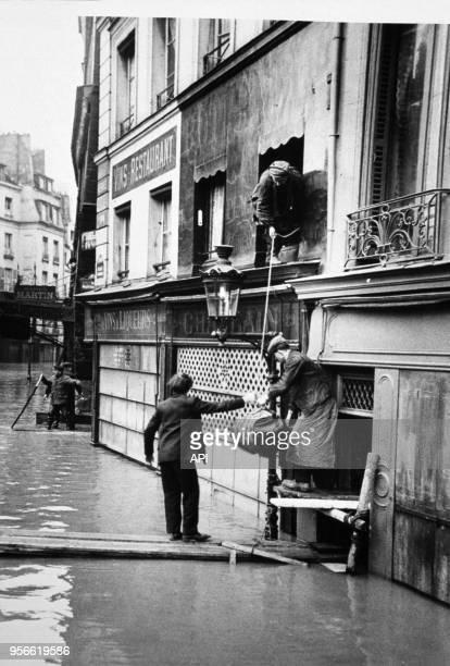 Parisiens évacuant leurs habitations lors de la crue de la Seine en 1910 à Paris France