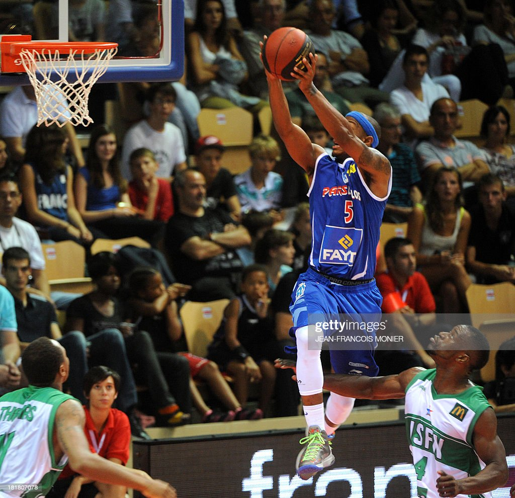 Paris-Levallois' US point guard Daniel Ewing (L) goes to the basket despite Nanterre's French shooting guard Jeremy Nzeulie (R) during their French Champions' Trophy basketball match Nanterre vs Paris-Levallois, on September 25, 2013 at The Vendespace in Mouilleron-le-Captif , Western France.