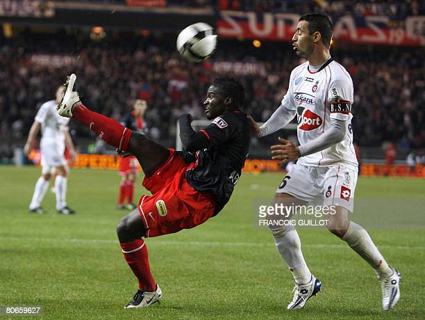Paris's midfielder Bernard Mendy vies with Nice's defender Olivier Echouafni during the French L1 football match ParisSaintGermain vs Nice on April...
