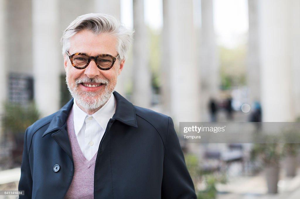 Parissien man smiling at camera on Paris streets : Stockfoto