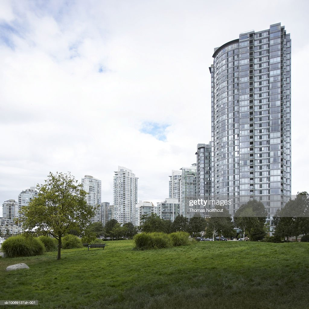 Park and tall apartment buildings : Stockfoto