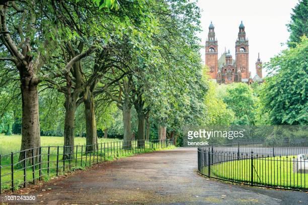 park and the kelvingrove art gallery and museum in glasgow scotland uk - glasgow escócia imagens e fotografias de stock