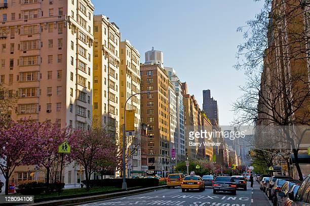 park avenue wih taxi traffic, upper east side, new york, new york - アッパーイーストサイドマンハッタン ストックフォトと画像