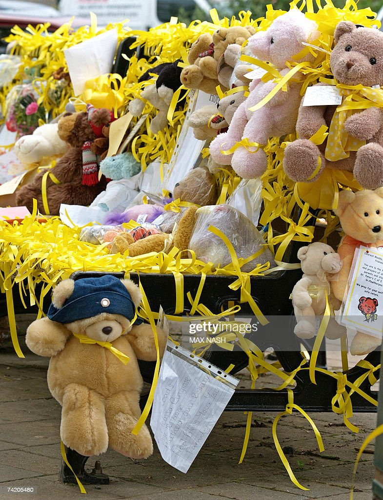 Picture Gallery - Page 16 Park-bench-is-covered-in-toys-and-ribbons-for-missing-madeleine-in-picture-id74205480