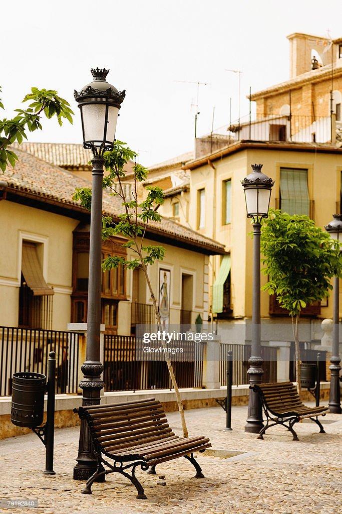 Park benches near lampposts, Toledo, Spain : Foto de stock