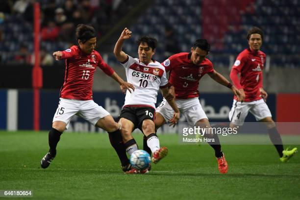 Park Chuyoung of FC SeoulTomoaki Makino and Kazuki Nagasawa of Urawa Red Diamonds compete for the ball during the AFC Champions League match Group F...