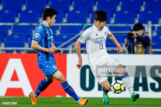 Park HyungJin of Suwon Samsung Bluewings fights for the ball with Kim Insung of Ulsan Hyundai FC during the AFC Champions League 2018 Round of 16...